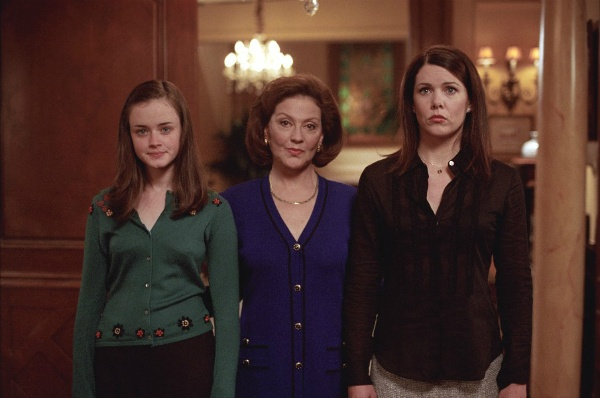 The GILMORE GIRLS Rewatch Project: Fashion Shows, Town Meetings And Cougars